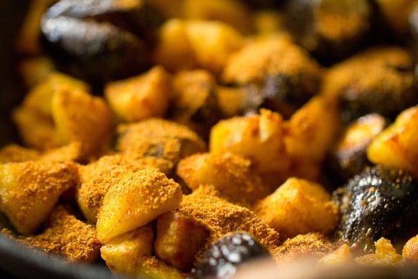 making bharwan aloo baingan recipe