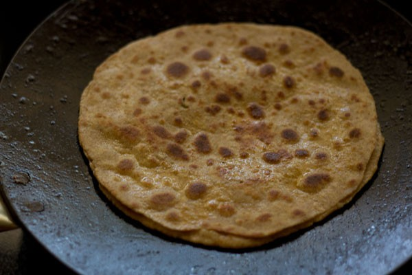 fry the mooli parathas on tava