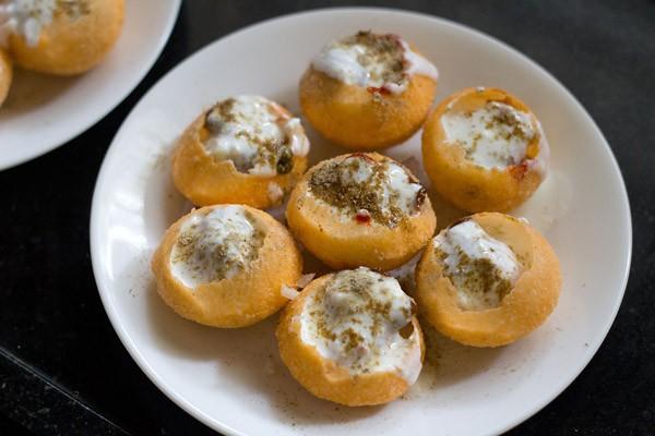 add chaat masala to puris
