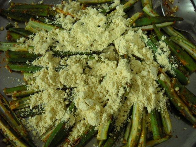 adding besan to bhindi