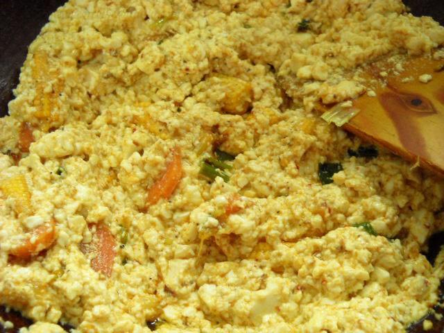 mixing-scrambled-tofu-with-the-veggies