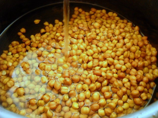 adding water to kala chana