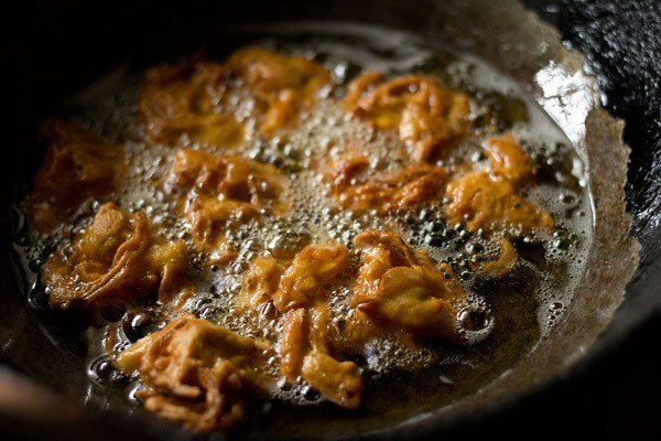 frying pakora for punjabi kadhi recipe