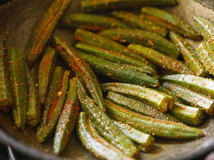 making bharwa bhindi