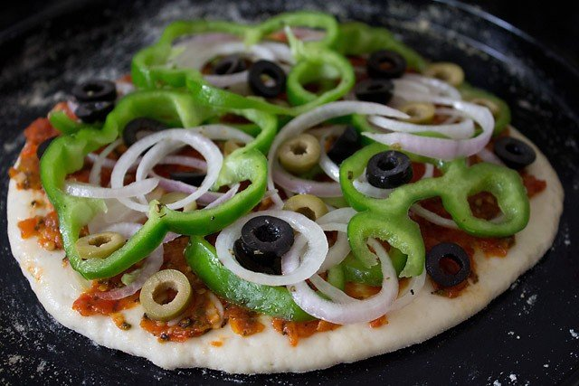 making vegetable pizza recipe