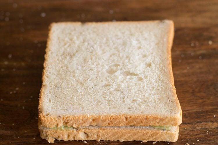 ब्रेड के दूसरे स्लाइस से ढक दें