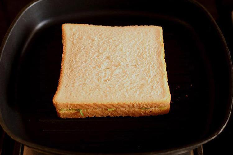 एवोकैडो सैंडविच गरम तवे पर रखा