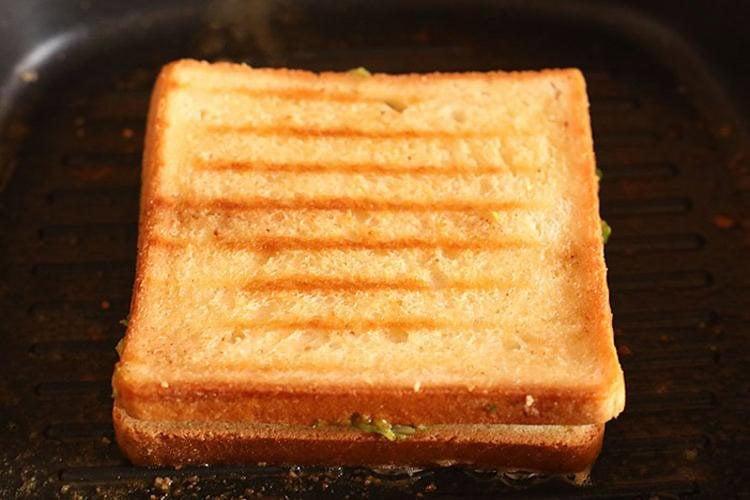 तवे पर टोस्टेड सैंडविच
