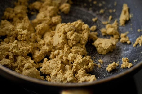 roast besan well for besan ladoo recipe