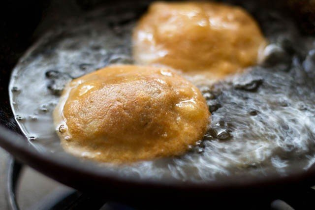 frying the matar kachori