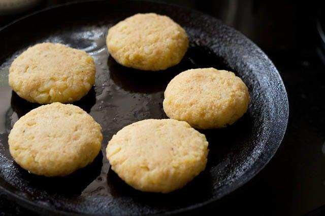 fry the potato tikkis on the pan