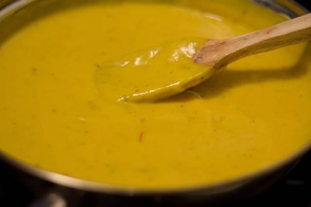 preparing mango kulfi recipe