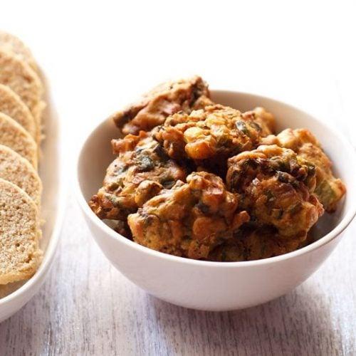 spring onion pakoda recipe, hara pyaaz pakora recipe
