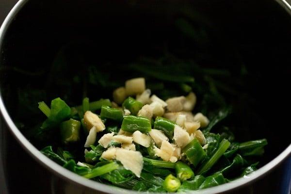 blending palak leaves - palak mushroom recipe