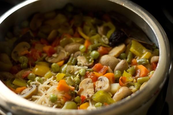 vegetable pulao recipe in pressure cooker, veg pulav recipe