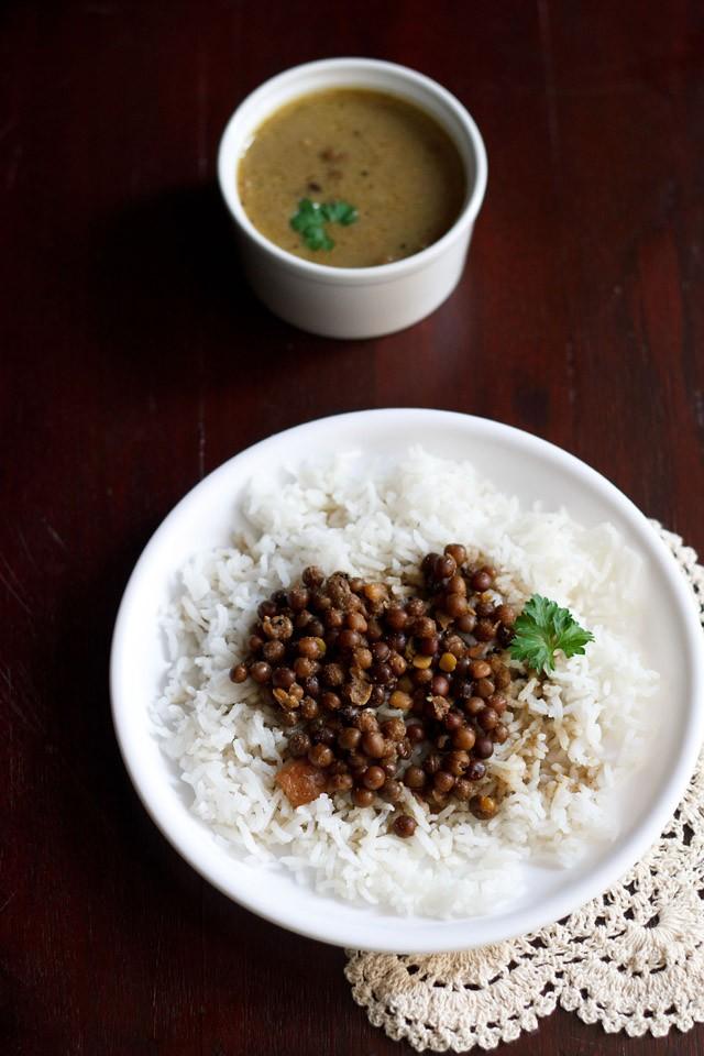 kala vatana amti recipe or black peas curry | kalya vatanyche amti