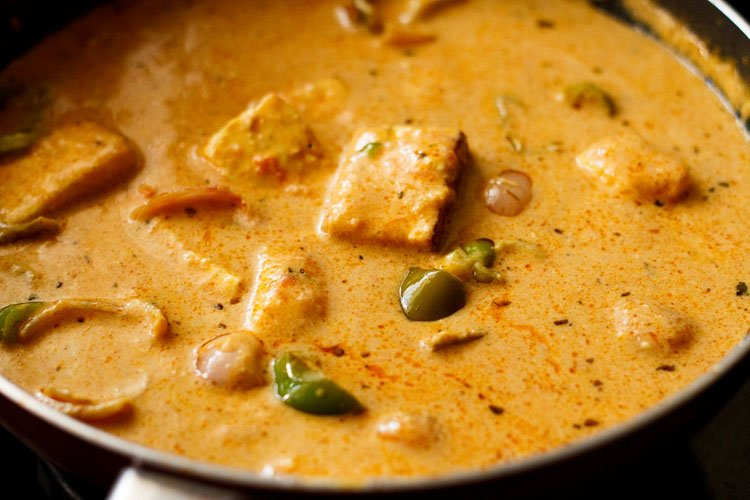 grilled paneer, onion, capsicum cubes mixed in the gravy