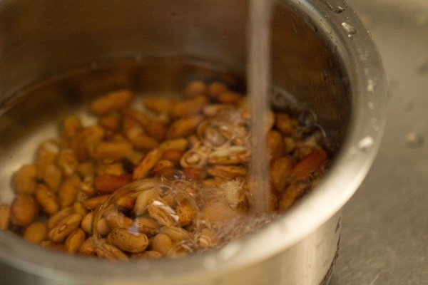 rinsing the soaked rajma with fresh water
