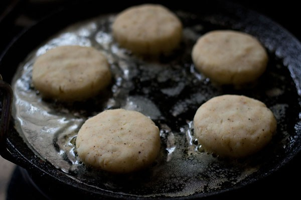 fry the aloo tikkis