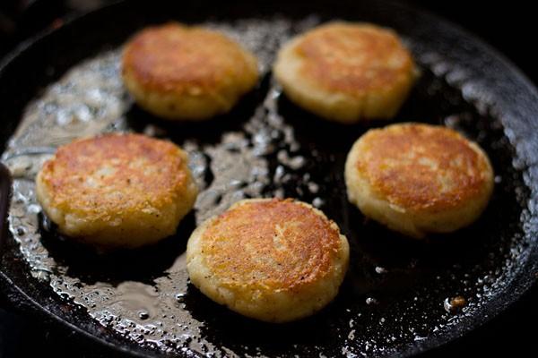 pan fry the aloo tikkis