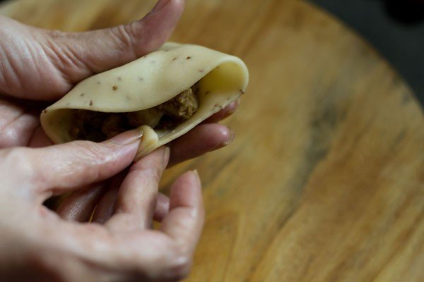 closing samosa pastry cover