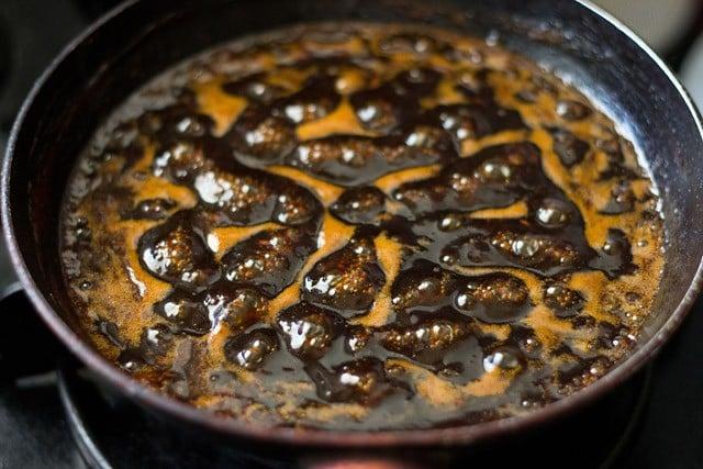 preparing saunth chutney