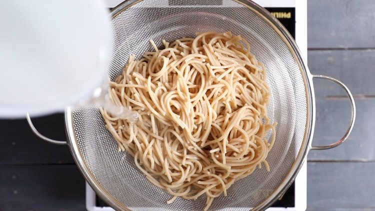 rinsing noodles with fresh water