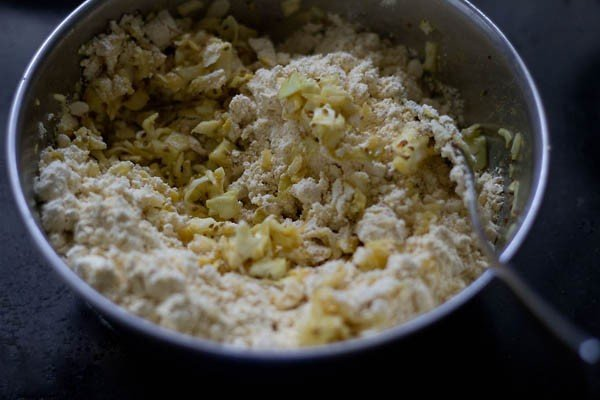 add besan to cabbage kofta mixture