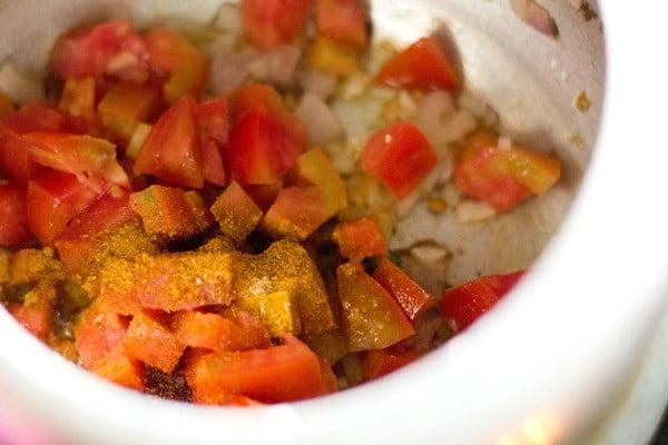 making lauki chana dal masala