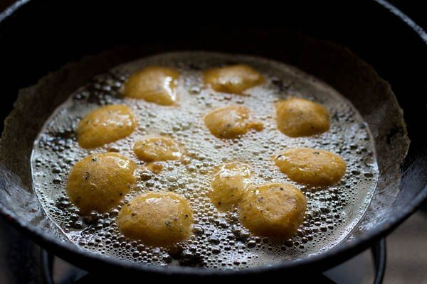 frying moong dal bhajiyas