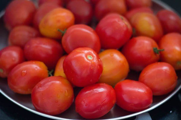 rinse the ripe tomatoes