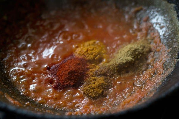 add spices to make khoya matar makhana masala