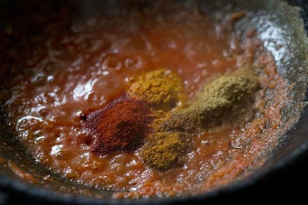add spices to make khoya matar makhana masala