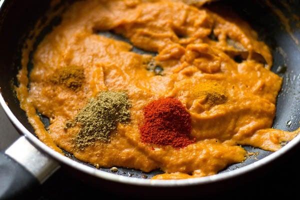 preparing mushroom makhani gravy recipe
