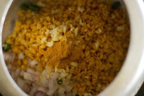 rinsed tuvar dal onion garloc chillies in pressure cooker