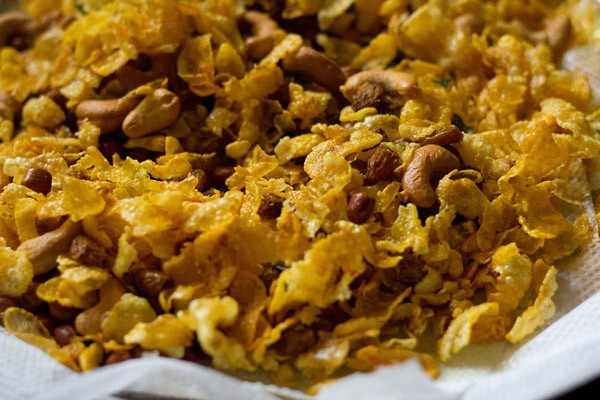 mixing corn flakes chivda