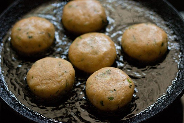 making aloo tikki