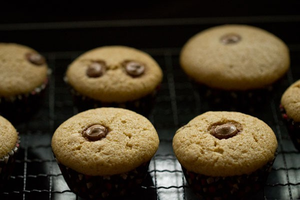 keep the eggless chocolate chip muffins on wire rack for cooling