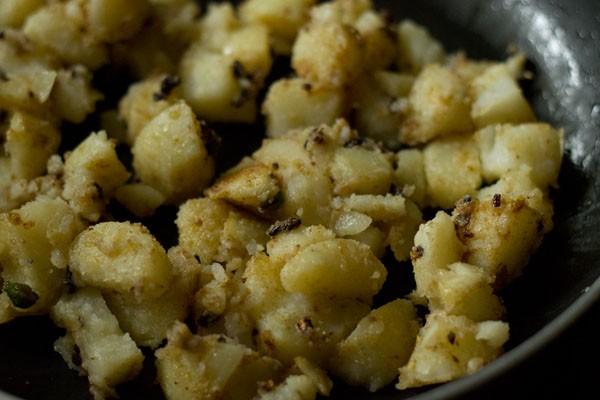 making aloo makhana recipe