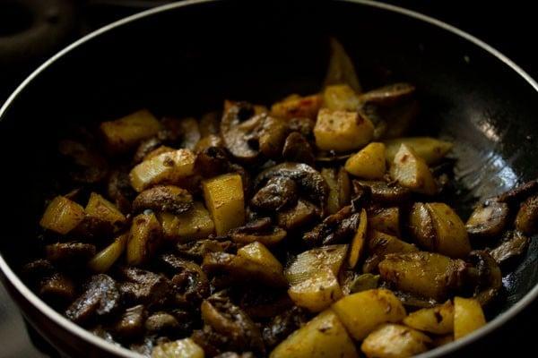 making aloo mushroom recipe