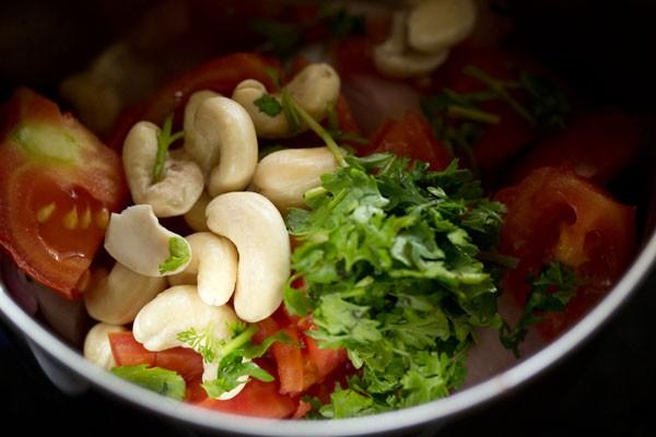 making aloo mushroom masala recipe