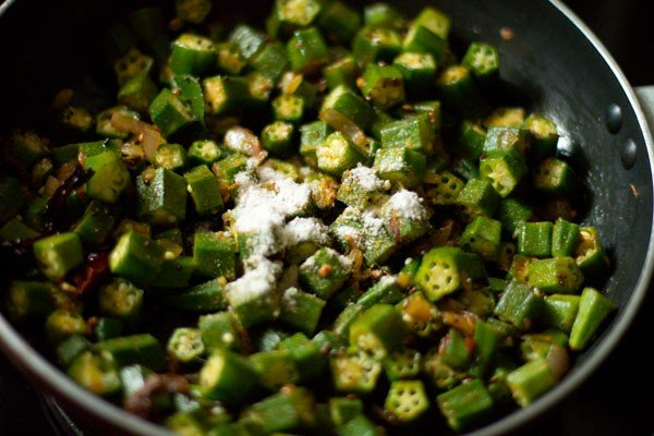 preparing bhindi fry recipe