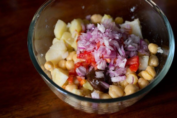 onions for aloo chana chaat recipe