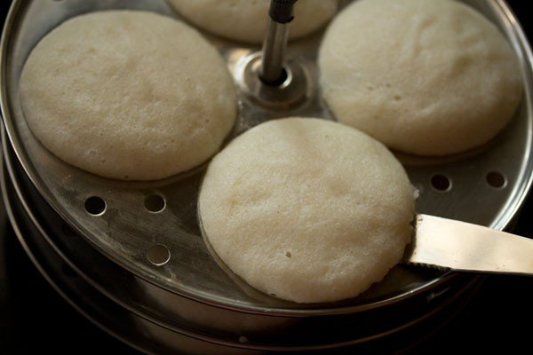 dip a spoon or butter knife in water and slid them through the idlis.