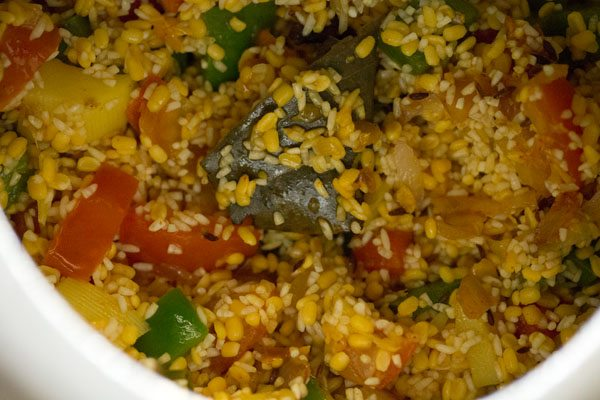 making vegetable masala khichdi recipe