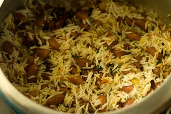 preparing rajma pulao recipe