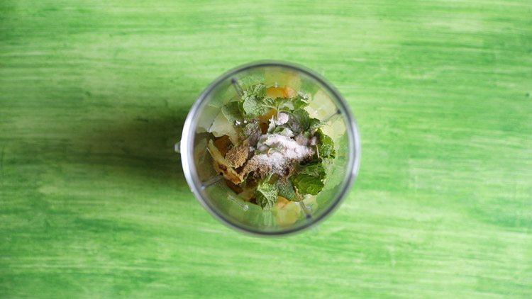 preparing aam panna recipe
