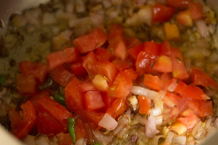 tomatoes for making vegetable oats khichdi recipe