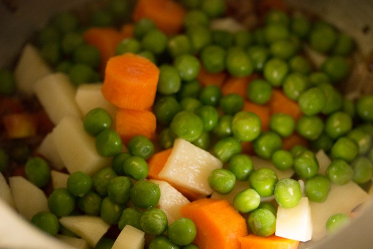 veggies for making vegetable oats khichdi recipe