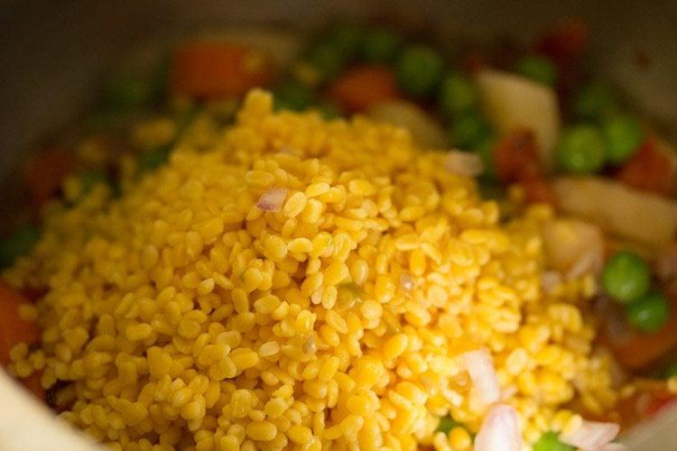 making oats khichdi recipe